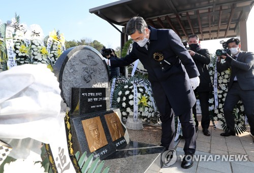Defense chief vows to safeguard peace with strength on N.K. attack anniversary