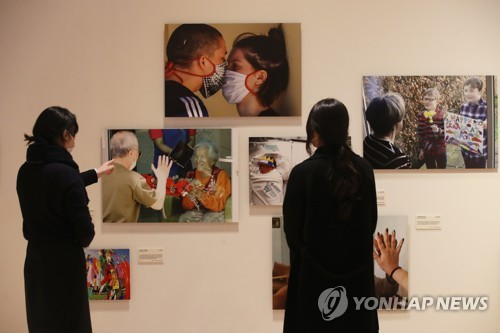 (LEAD) Global press photo exhibition capturing life during pandemic kicks off
