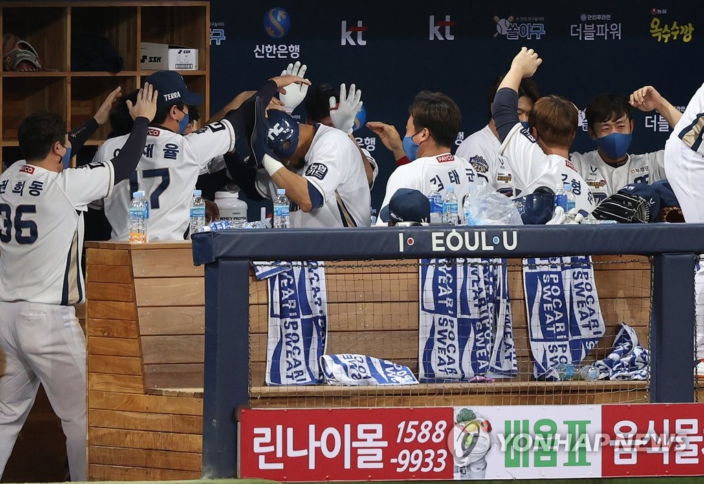NC Dinos players congratulate Aaron Altherr (C) after Altherr scored a run against the Doosan Bears in the bottom of the sixth inning of Game 6 of the Korean Series at Gocheok Sky Dome in Seoul on Nov. 24, 2020. (Yonhap)