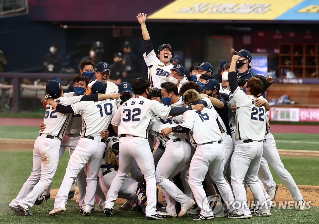 Members of the NC Dinos celebrate their Korean Series championship following a 4-2 victory over the Doosan Bears in Game 6 at Gocheok Sky Dome in Seoul on Nov. 24, 2020. (Yonhap)