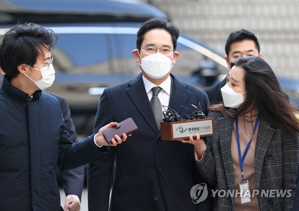 Samsung Electronics Co. Vice Chairman Lee Jae-yong (C) arrives at the Seoul High Court on Dec. 7, 2020, to attend a hearing on his bribery scandal case. (Yonhap)