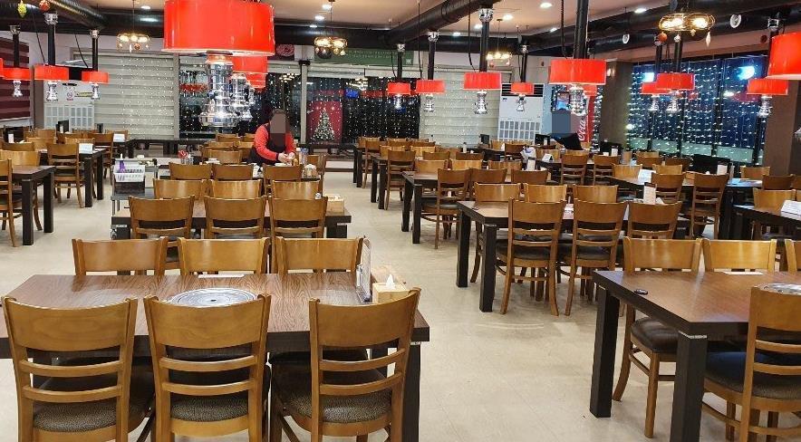 거리두기로 텅 빈 식당