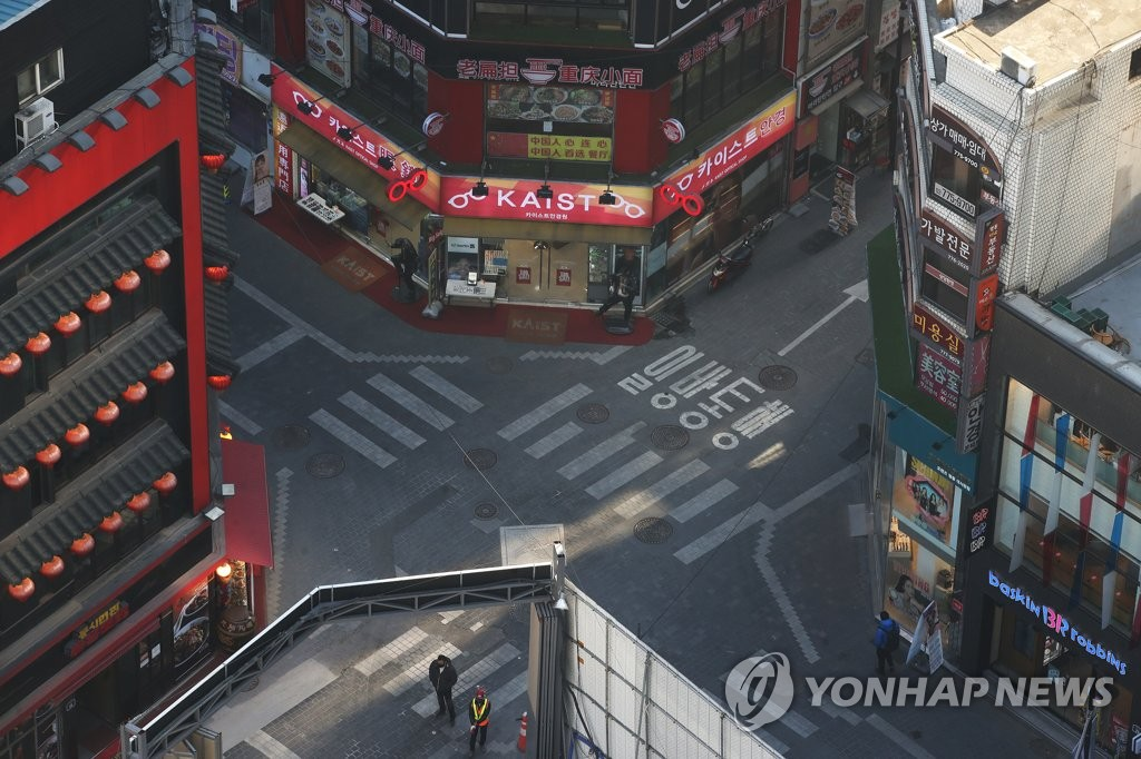 Streets are nearly empty in central Seoul on Dec. 17, 2020. South Korea added 1,062 COVID-19 cases on the day. (Yonhap)