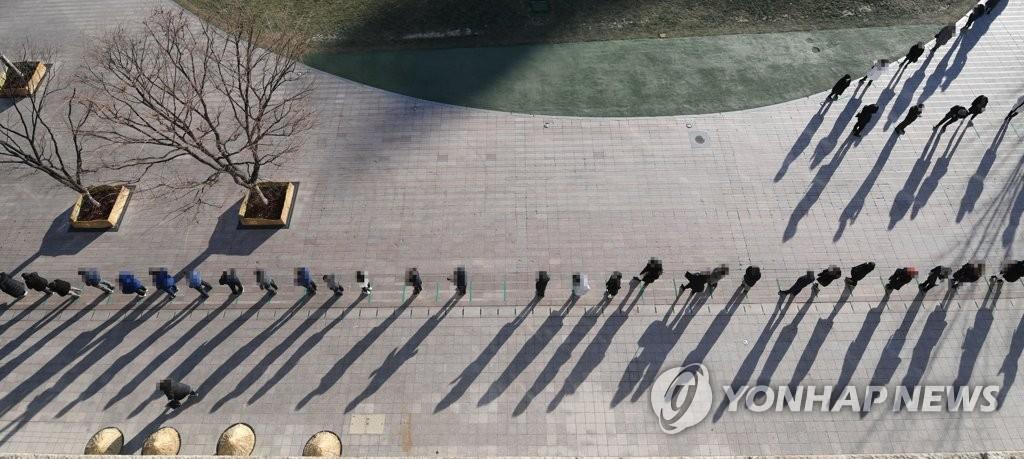 서울시청 앞 늘어선 선별검사소 대기 행렬