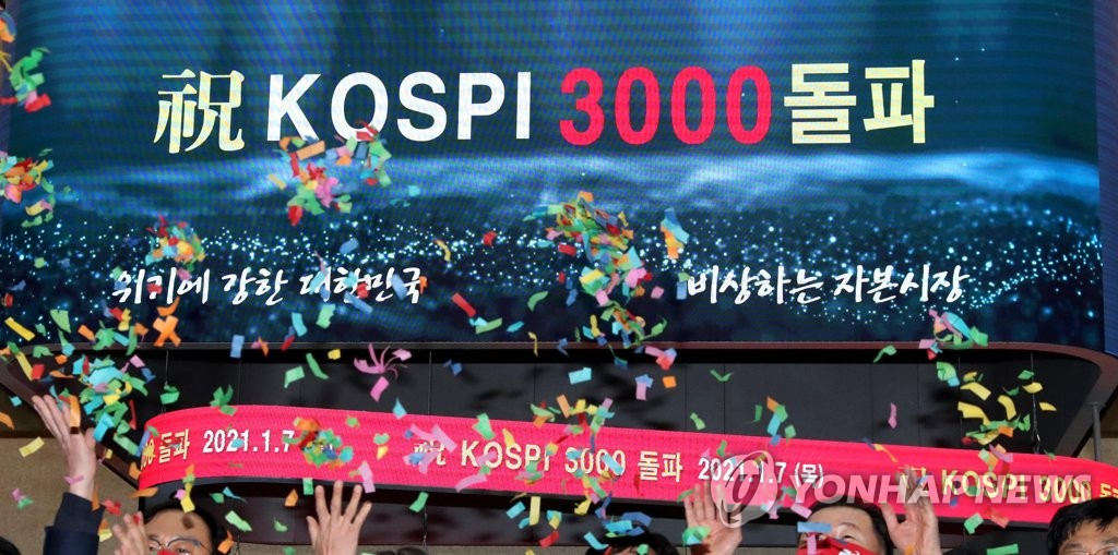 Officials at South Korea's bourse operator Korea Exchange celebrate the country's key stock index closing above the 3,000 mark for the first time in history on Jan. 7, 2021. (Yonhap)