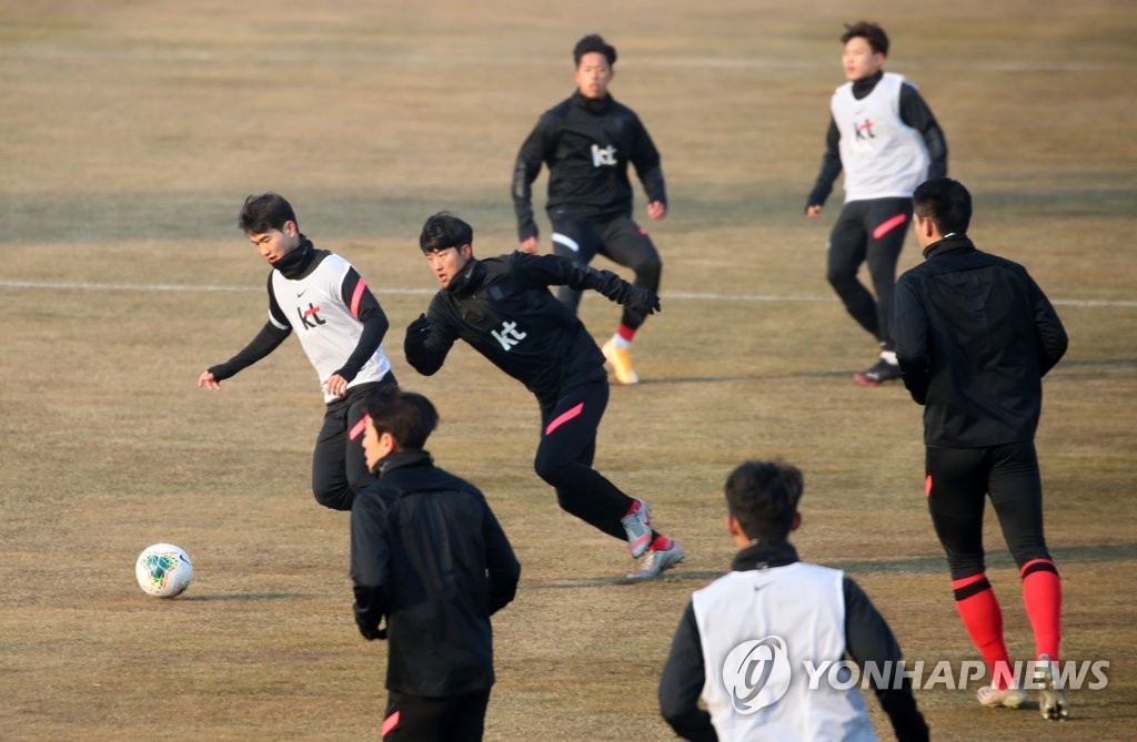 In this file photo from Jan. 12, 2021, members of the South Korean men's Olympic football team train at Gangneung Sports Complex in Gangneung, 230 kilometers east of Seoul. (Yonhap)