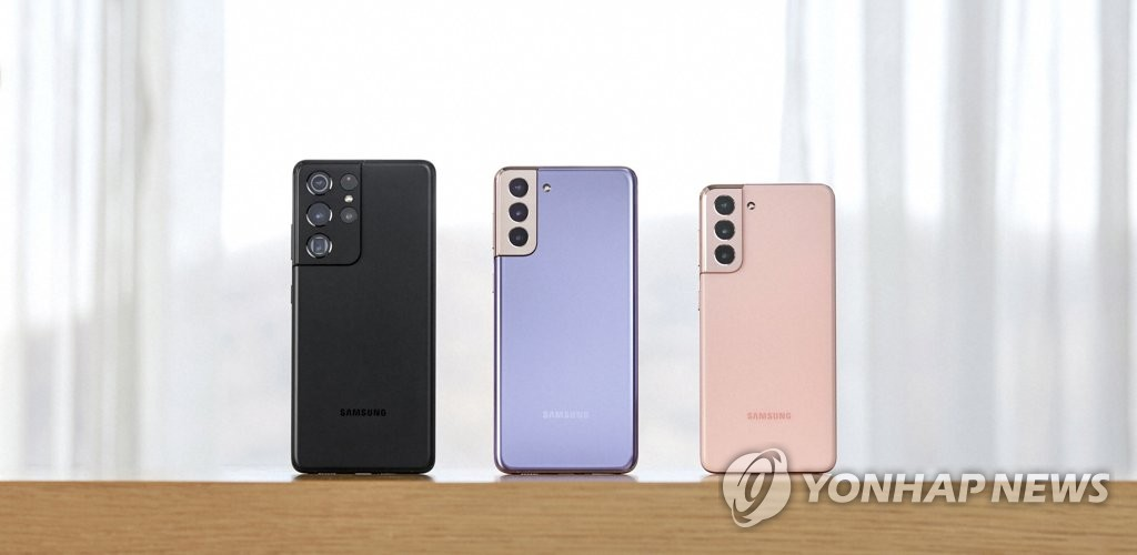 This photo, provided by Samsung Electronics Co. on Jan. 15, 2021, shows the Galaxy S21 smartphone models. From left are the S21 Ultra, the S21+ and the S21. (PHOTO NOT FOR SALE) (Yonhap)