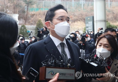 Samsung heir attends retrial