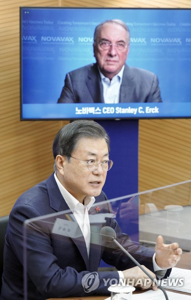 President Moon Jae-in speaks to Stanley Erck, chief of the U.S. drug developer Novavax Inc., via videoconference during a visit to a plant of SK Bioscience in the southeastern city of Andong on Jan. 20, 2021. (Yonhap)