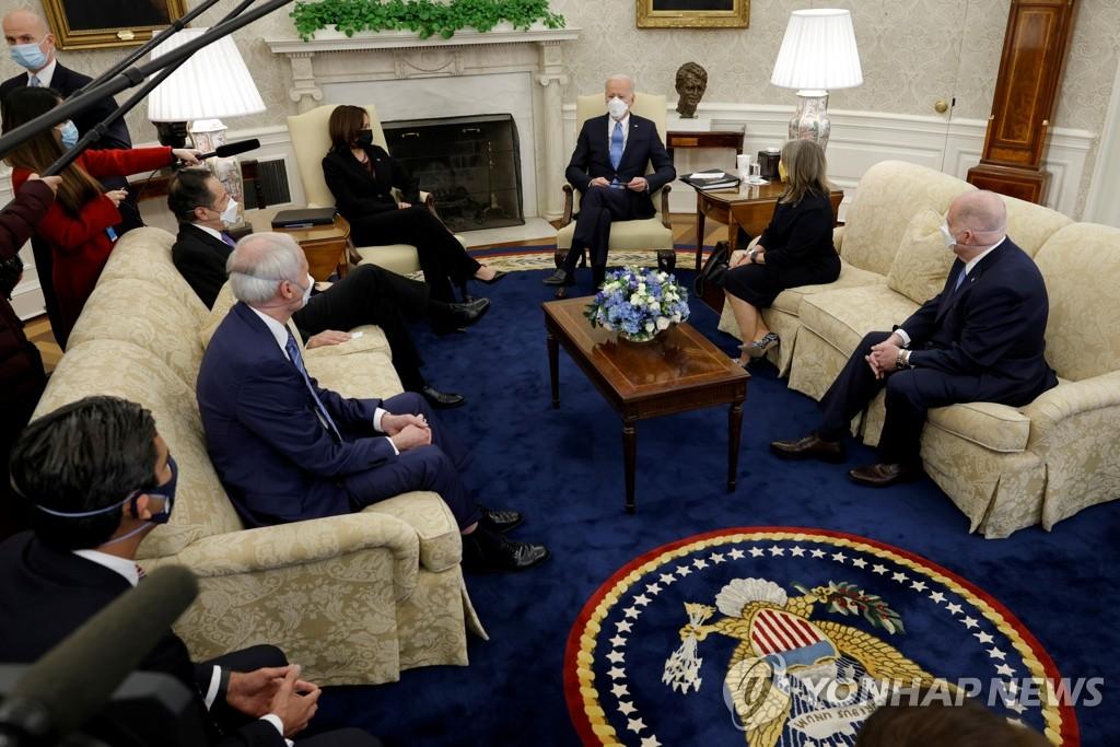 주지사ㆍ시장 만나는 바이든 미 대통령