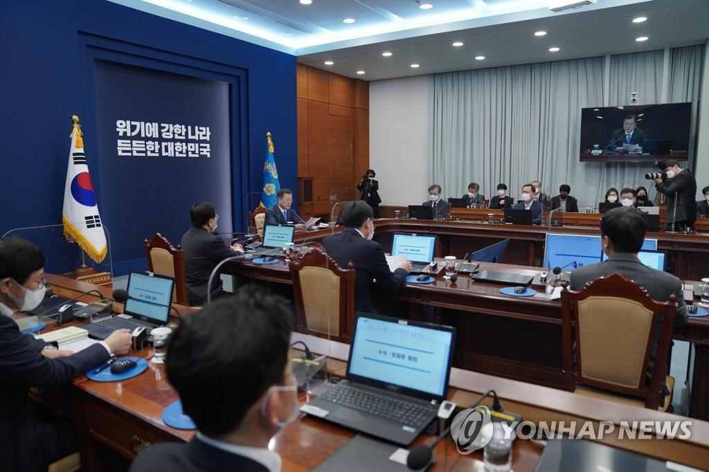 President Moon Jae-in's meeting with senior secretaries is under way at Cheong Wa Dae in Seoul on Feb. 15, 2021. (Yonhap)