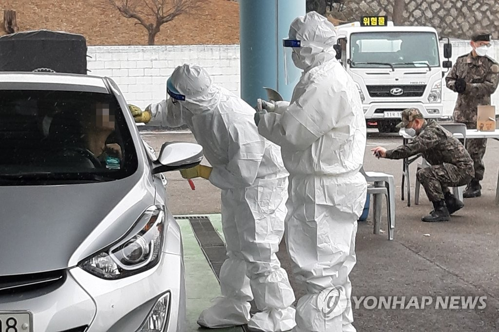 Medical staff conduct drive-through COVID-19 testing at the Joint Chief of Staff in central Seoul on Feb. 16, 2021. (Yonhap)