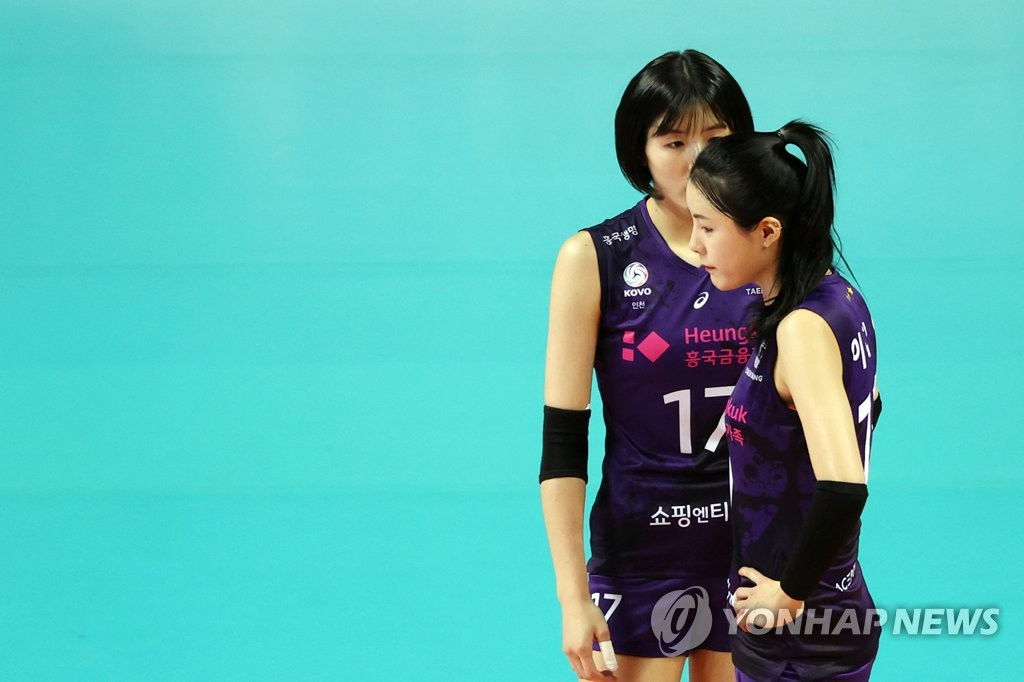 This file photo from Oct. 21, 2020, shows Lee Jae-yeong (L) and Lee Da-yeong of the Heungkuk Life Pink Spiders during a women's V-League match against GS Caltex Kixx at Jangchung Arena in Seoul. (Yonhap)