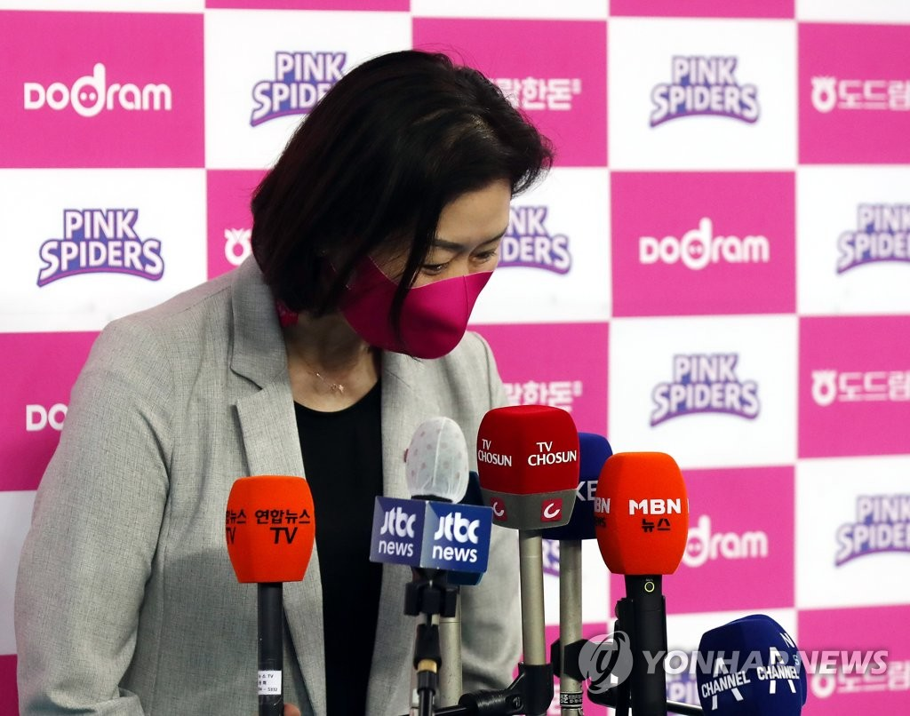 Park Mi-hee, head coach of the Heungkuk Life Pink Spiders, bows after speaking to reporters before a women's V-League match against the IBK Altos at Gyeyang Gymnasium in Incheon, just west of Seoul, on Feb. 16, 2021. (Yonhap)