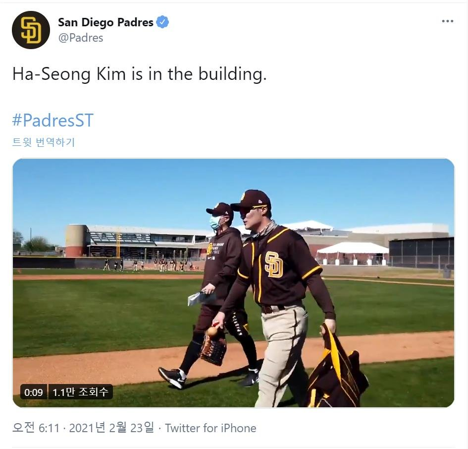 This photo captured from the San Diego Padres' Twitter page shows the club's new South Korean infielder, Kim Ha-seong, at Peoria Sports Complex in Peoria, Arizona, on Feb. 22, 2021. (PHOTO NOT FOR SALE) (Yonhap)