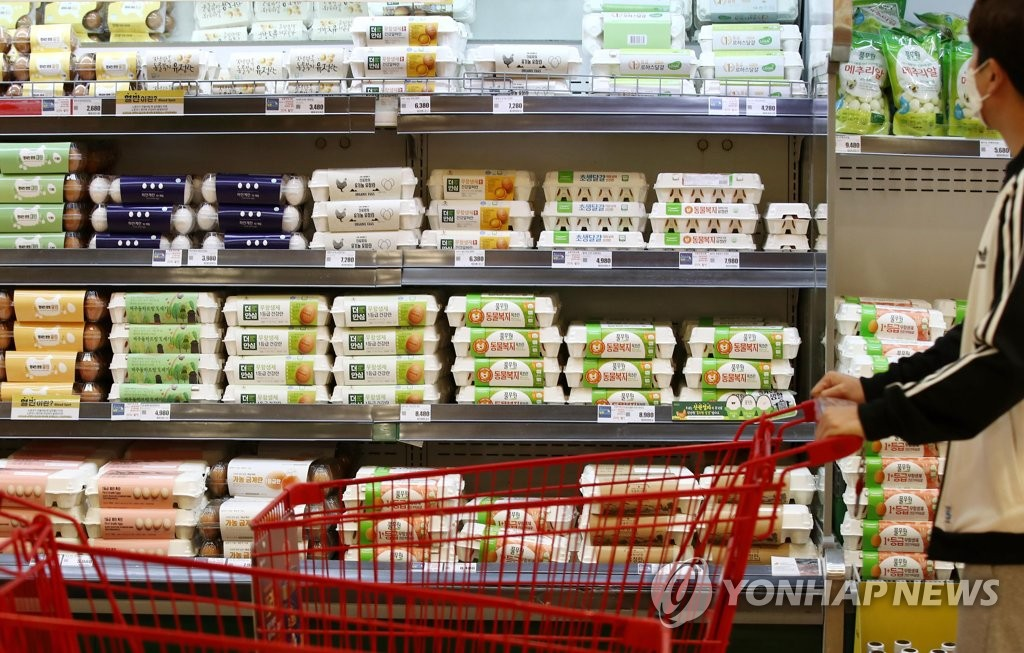 Eggs are displayed at a supermarket in Seoul on March 1, 2021. (Yonhap)
