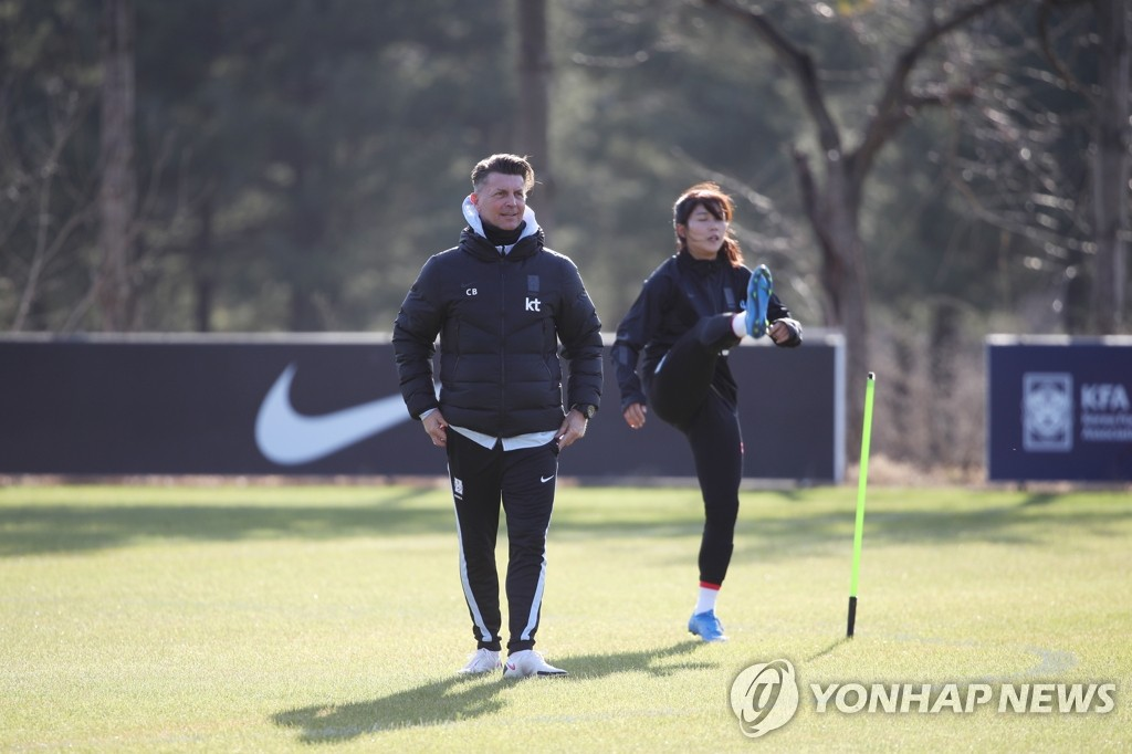 In this file photo from March 22, 2021, Colin Bell (L), head coach of the South Korean women's national football team, watches his players during practice at the National Football Center in Paju, Gyeonggi Province, in preparation for Olympic qualifying playoff matches against China. (Yonhap)