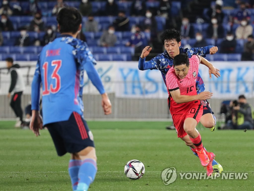 Nam Tae-hee of South Korea (R) dribbles the ball against Japan during their friendly football match at Nissan Stadium in Yokohama, Japan, on March 25, 2021. (Yonhap)