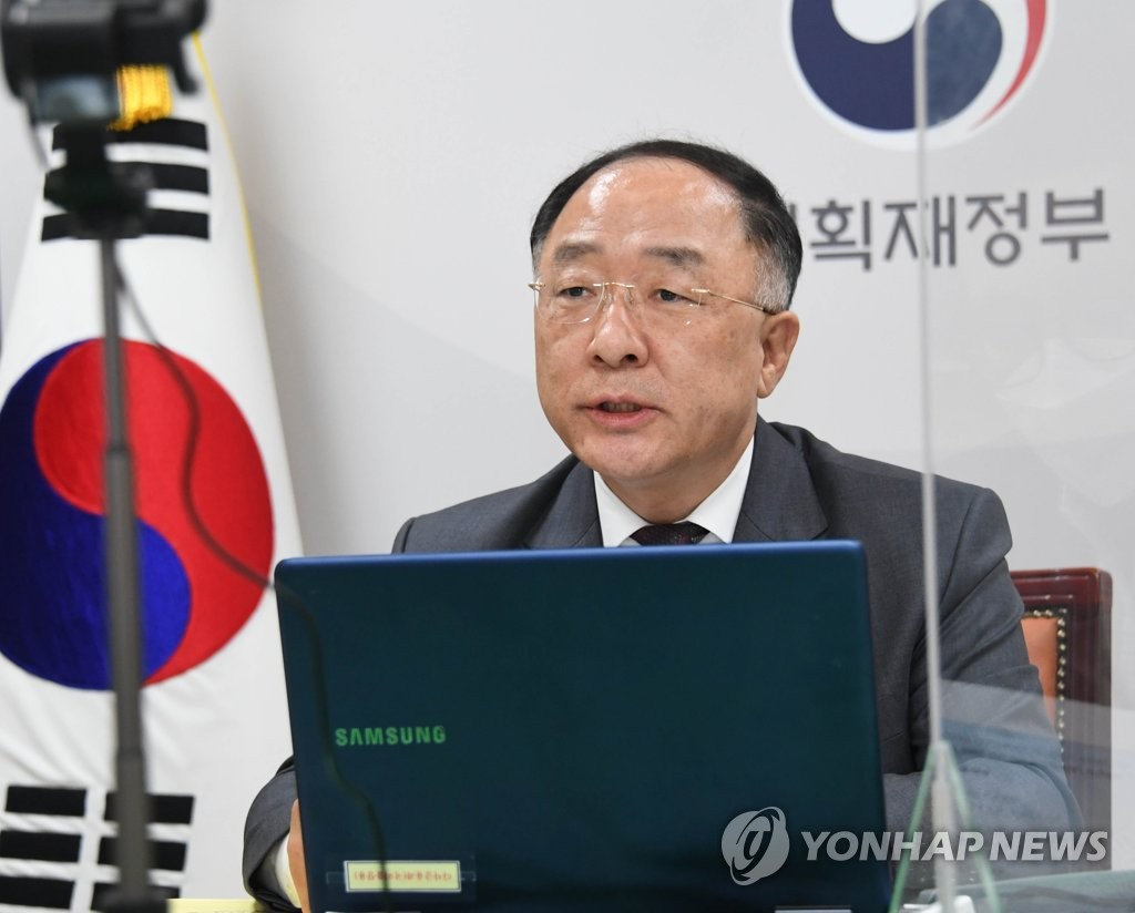 This photo, provided by the Ministry of Economy and Finance on March 31, 2021, shows Finance Minister Hong Nam-ki holding an online meeting with Alastair Wilson, managing director and head of the sovereign risk group of global rating agency Moody's Investors Service. (PHOTO NOT FOR SALE) (Yonhap)