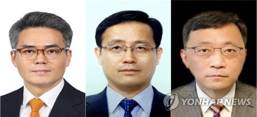 (LEAD) Moon names new Cheong Wa Dae aides on anti-corruption, economy, digital innovation