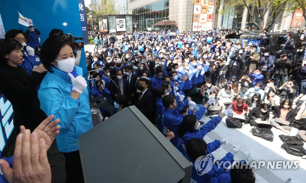 Park Young-sun, the candidate of the ruling Democratic Party, makes a stump speech in Seoul on April 6, 2021, the final day of campaigning for the April 7 Seoul mayoral by-election. (Pool photo) (Yonhap)