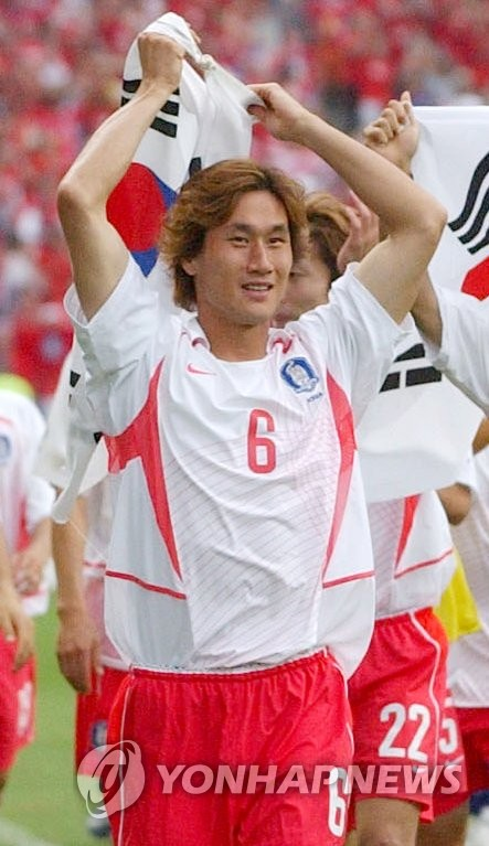 In this file photo from June 22, 2002, Yoo Sang-chul of South Korea celebrates his team's victory over Spain in the quarterfinals of the 2002 FIFA World Cup at Gwangju World Cup Stadium in Gwangju, 330 kilometers south of Seoul. (Yonhap)