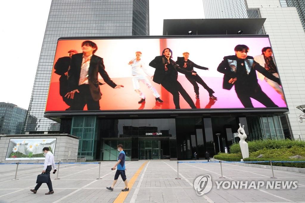 서울 강남구 코엑스 초대형 전광판에 상영되고 있는 BTS의 '버터(Butter)' 뮤직비디오