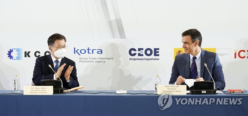 South Korean President Moon Jae-in (L) and Spanish Prime Minister Pedro Sanchez attend the Green & Digital Business Forum in Madrid on June 16, 2021 (Yonhap)