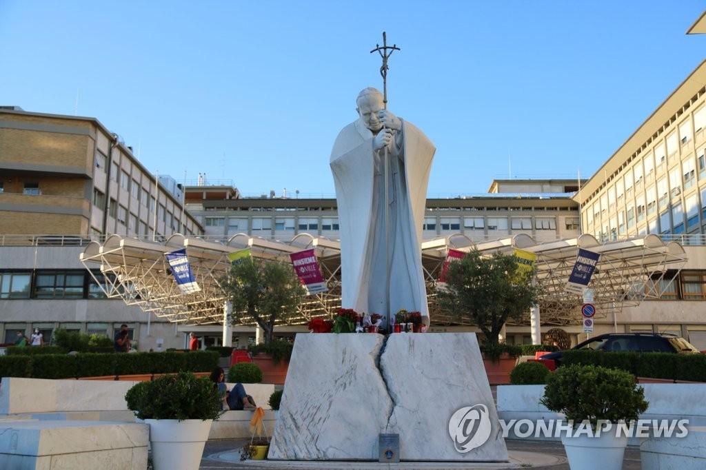 로마 제멜리 종합병원 입구에 세워진 요한 바오로 2세 조각상