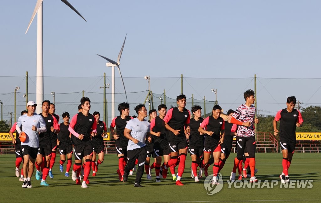 Members of the South Korean men's Olympic football team train for the Tokyo Olympics at Kashima Antlers Clubhouse in Kashima, Japan, on July 19, 2021. (Yonhap)