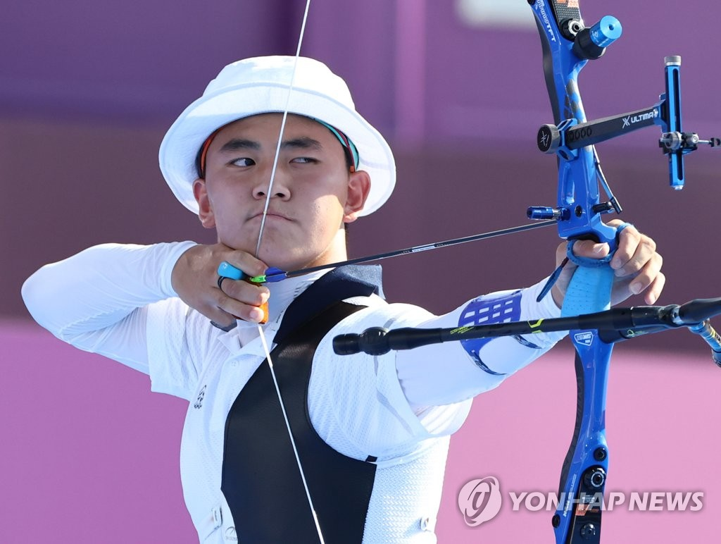 In this file photo, Kim Je-deok of South Korea prepares to shoot his arrow in the round of 32 in the men's individual archery event against Florian Unruh of Germany at the Tokyo Olympics at Yumenoshima Park Archery Field in Tokyo on July 27, 2021. (Yonhap)