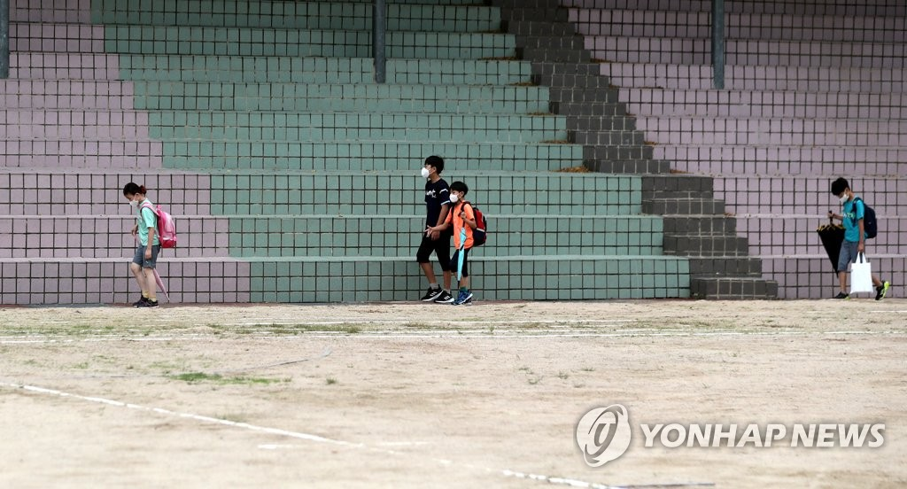 Students head to their classrooms at an elementary school in Busan, 453 kilometers south of Seoul, on Sept. 1, 2021. (Yonhap)